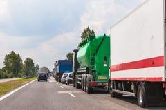 在高速公路的交通堵塞 等待的汽车线 免版税图库摄影
