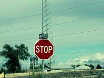 在高速公路的停车牌 免版税图库摄影
