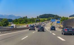 在高速公路的公路交通 免版税库存照片