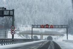 在高速公路的冬天条件 库存图片
