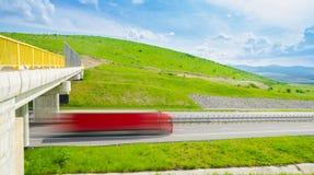 在高速公路的加速的卡车 库存图片