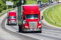 在高速公路的半红色卡车 免版税库存照片