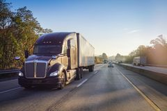 在高速公路的半18位轮车卡车有太阳透镜火光的 库存图片