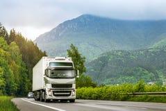 在高速公路的卡车在高地 免版税库存图片