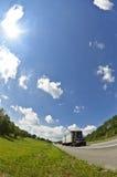 在高速公路的垂直的白点卡车 免版税库存图片