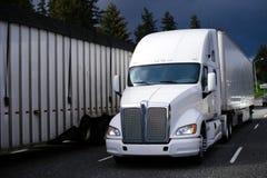 在高速公路的大半船具卡车有风雨如磐的天空的 免版税库存照片
