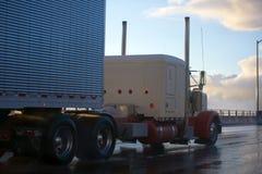 在高速公路的大半船具经典之作卡车拖车在雨以后 图库摄影