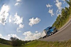 在高速公路的大半蓝色卡车 库存照片