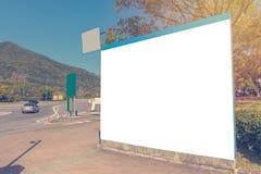在高速公路的大空白的广告牌或路标 免版税库存照片