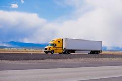 在高速公路的大黄色半船具卡车拖车在犹他 库存照片