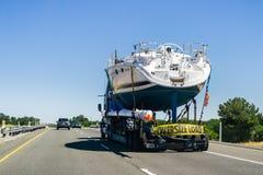 在高速公路的小船运输 库存照片