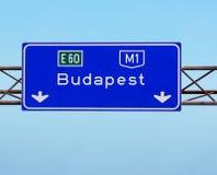 在高速公路的布达佩斯匈牙利标志 库存照片