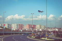在高速公路的平面着陆 免版税库存照片