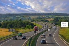 在高速公路的广告牌有汽车的 库存照片