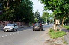 在高速公路的快行车在街道 库存照片