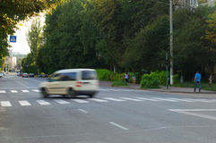 在高速公路的快行车在街道 免版税库存照片