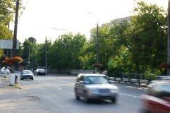 在高速公路的快行车在街道 库存图片