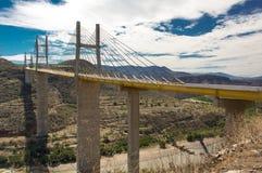 在高速公路的桥梁从墨西哥城向阿卡普尔科 免版税库存照片