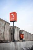 SOS标志和在高速公路的电话箱子 免版税库存照片