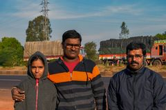 在高速公路的止步不前期间被夺取的印度家庭,当假日旅行时 免版税图库摄影