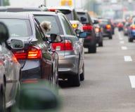 在高速公路的汽车在交通堵塞 免版税图库摄影