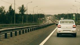 在高速公路的汽车在交通堵塞 免版税库存照片