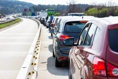 在高速公路的汽车在交通堵塞 库存照片