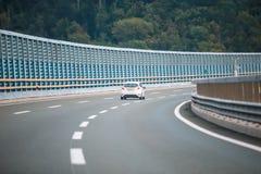 在高速公路的汽车有噪声障碍的 库存照片