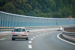在高速公路的汽车有噪声障碍的 免版税库存照片