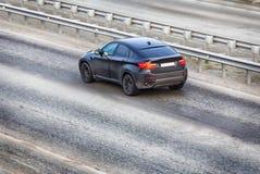 在高速公路的汽车现代黑色 免版税库存图片