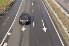 在高速公路的汽车现代黑色 库存照片