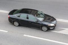 在高速公路的汽车现代黑色 库存图片