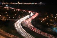 在高速公路的汽车由湖 库存照片