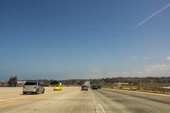 在高速公路的汽车 免版税库存照片
