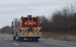 在高速公路的消防车有火焰设计的 库存照片