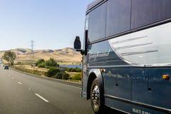 在高速公路的灵狮公共汽车 库存照片
