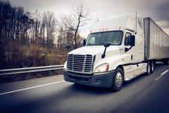 在高速公路的白色睡眠者18轮车卡车 免版税库存图片