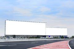 在高速公路的空白的广告牌或路标 免版税库存照片