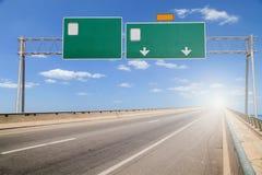 在高速公路的空白的路标 图库摄影