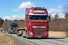 在高速公路的红色半DAF卡车在春天 库存照片