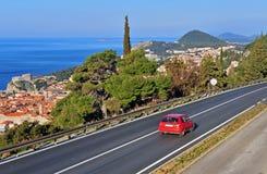 在高速公路的红色汽车,克罗地亚 库存照片