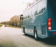 在高速公路的蓝色公共汽车乘驾 图库摄影