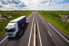 在高速公路的行动迷离卡车 免版税库存照片