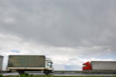 在高速公路的被弄脏的重型卡车 库存图片