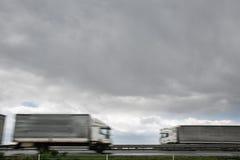在高速公路的被弄脏的重型卡车 免版税库存照片