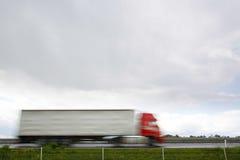 在高速公路的被弄脏的重型卡车 免版税图库摄影
