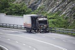 在高速公路的被烧的卡车 在火以后的汽车 免版税库存图片