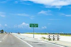 在高速公路的路牌长滩 免版税库存照片