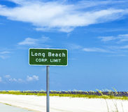 在高速公路的路牌长滩 免版税库存图片