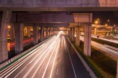 在高速公路的轻的足迹在晚上 免版税库存照片